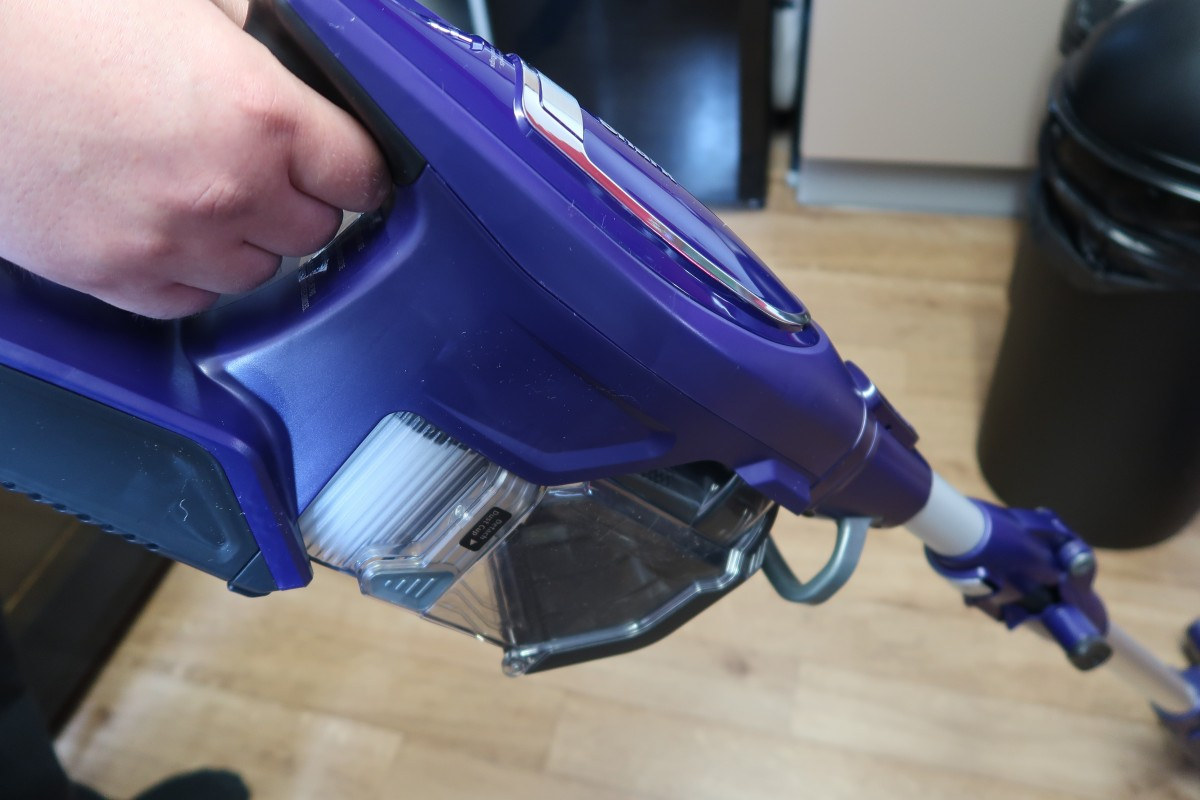 Shark DuoClean Corded with Flexology HV390UK - using the vacuum