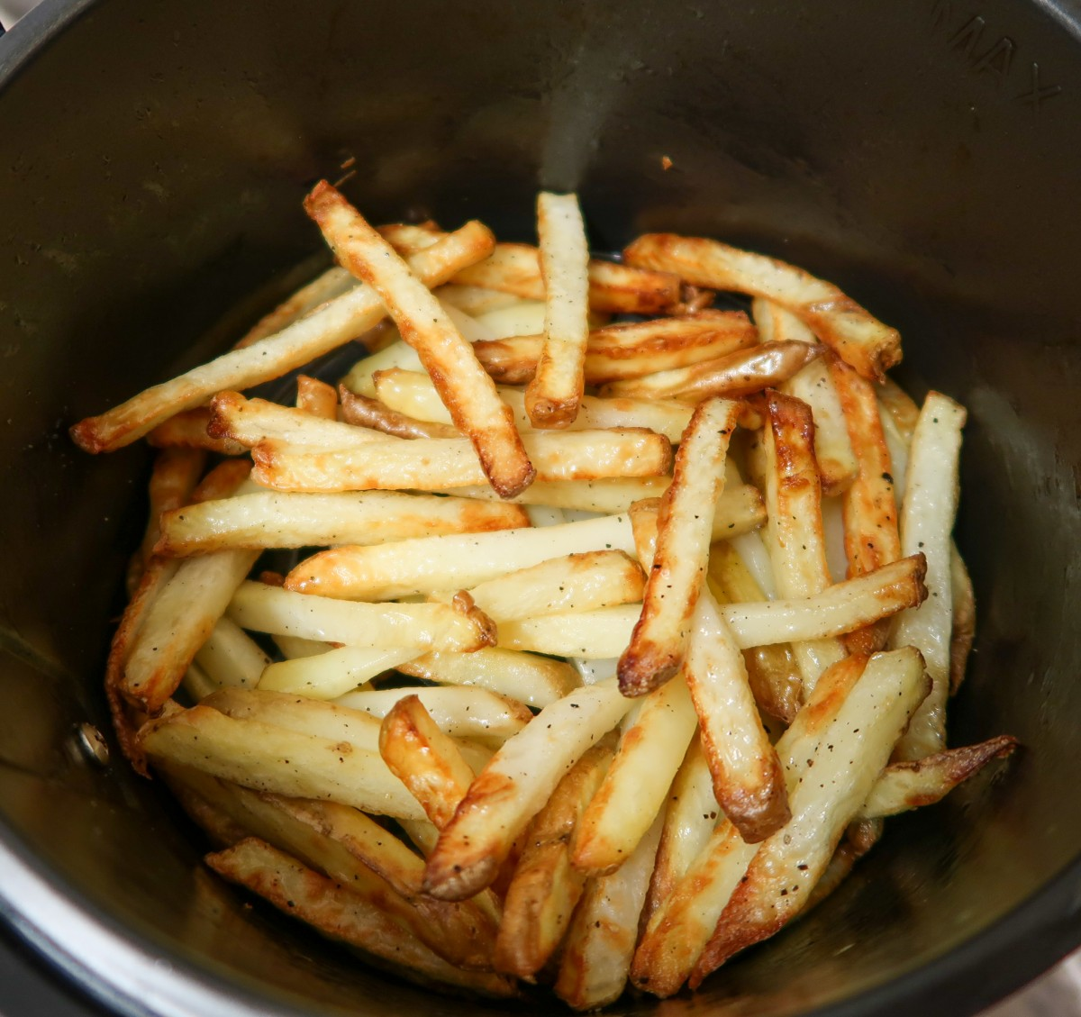 Air fryer fries while cooking in the air fryer basket